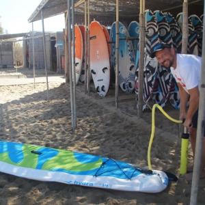 Aufblasbares Windsurfboard aufpumpen