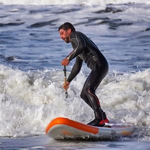 Wildwasser Snapper in der Welle vor Norderney mit aufblabarem SUP Board